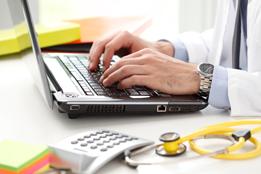 Médecin devant un ordinateur